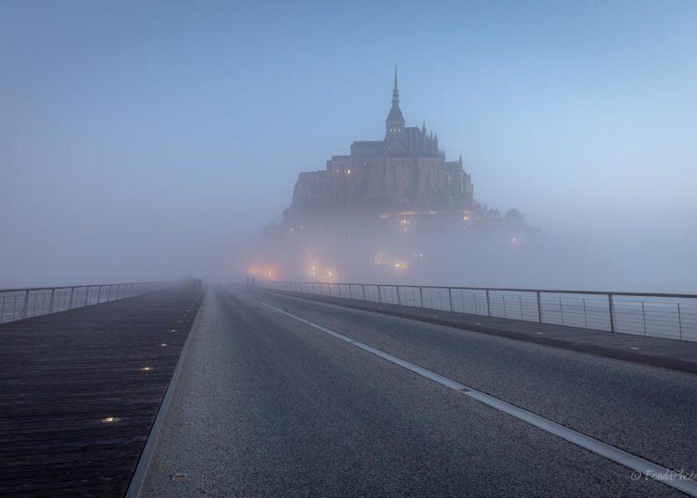 Mont-Saint-Michel depuis le pont avec brouillard