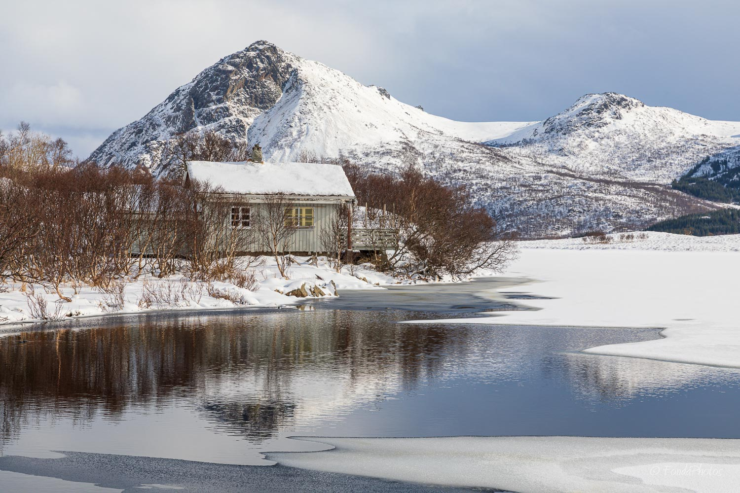 Cabin on Lilandsvatnet, Lofoten Islands